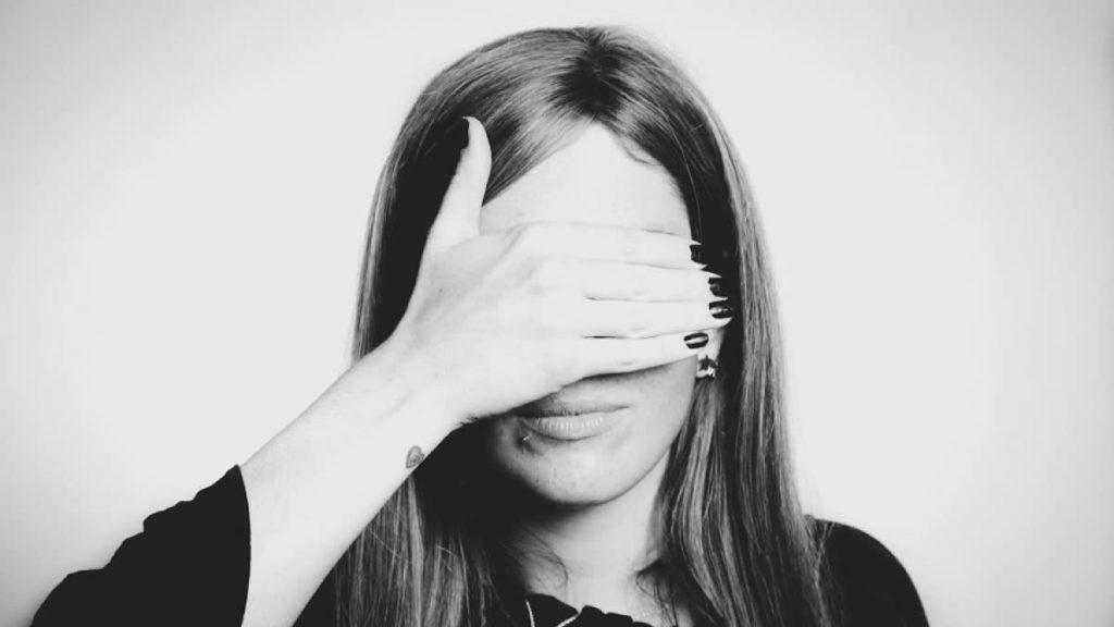 15 señales que revelan una mala autoestima, y qué hacer ante ellas